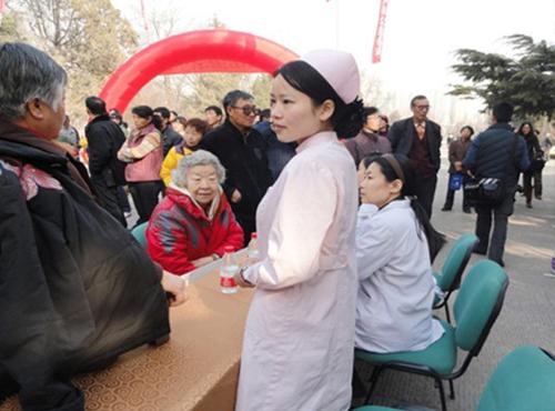 医院开展公益会诊活动在生态公园外举行